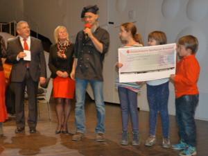 Scheckübergabe an den KinderKochenMobil e.V. der Diakonie. Bild: LF Fritz Alter